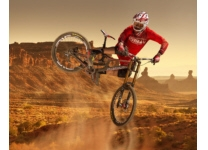 Downhill Fahrer in rot